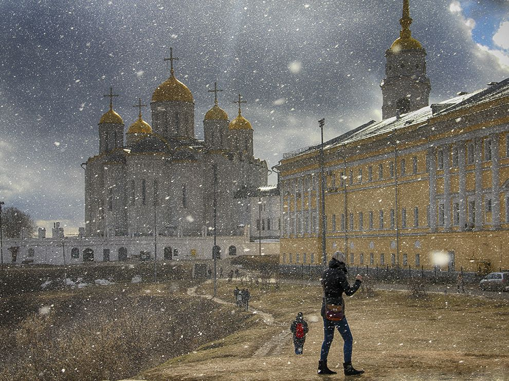 Picture of people walking in the snow in Vladimir, Russia